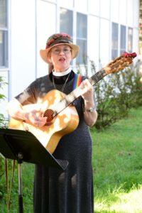 Linda sings